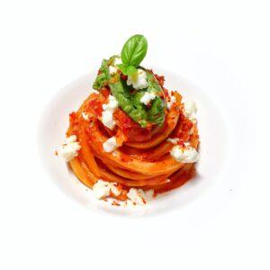 Linguine di pasta fresca al sugo di datterini al forno, quenelle di crema al parmigiano e basilico, briciole di fiordilatte e polvere di pomodoro ingredienti